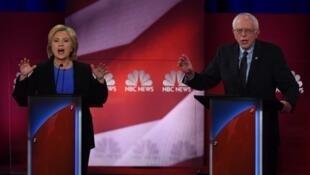 Hillary Clinton et son rival Bernie Sanders lors d'un débat en janvier 2016.