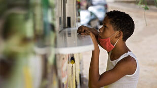 Un niño aguarda por comida en un puesto de alimentos del gobierno, en Santo Domingo, el 11 de mayo de 2020