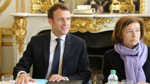 El presidente francés Emmanuel Macron y la ministra de Defensa Florence Parly durante una reunión de gabinete, el 1 de abril de 2019, en el Palacio del Eliseo.