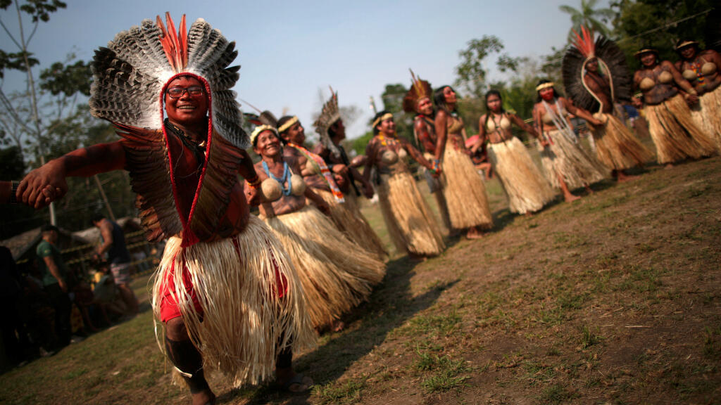 Indígenas de la tribu Shanenawa bailan durante un festival para celebrar la naturaleza y pedir el fin de los incendios en el Amazonas, en la aldea indígena de Morada Nova, cerca de Feijo, estado de Acre, en Brasil, el 1 de septiembre de 2019.