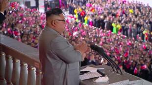 لقطة من مقطع فيديو بثّته وكالة الأنباء المركزية الكورية الرسمية في 10 تشرين الأول/أكتوبر يظهر فيها الزعيم الكوري الشمالي كيم جونغ أون يلقي خطاباً في بيونغ يانغ