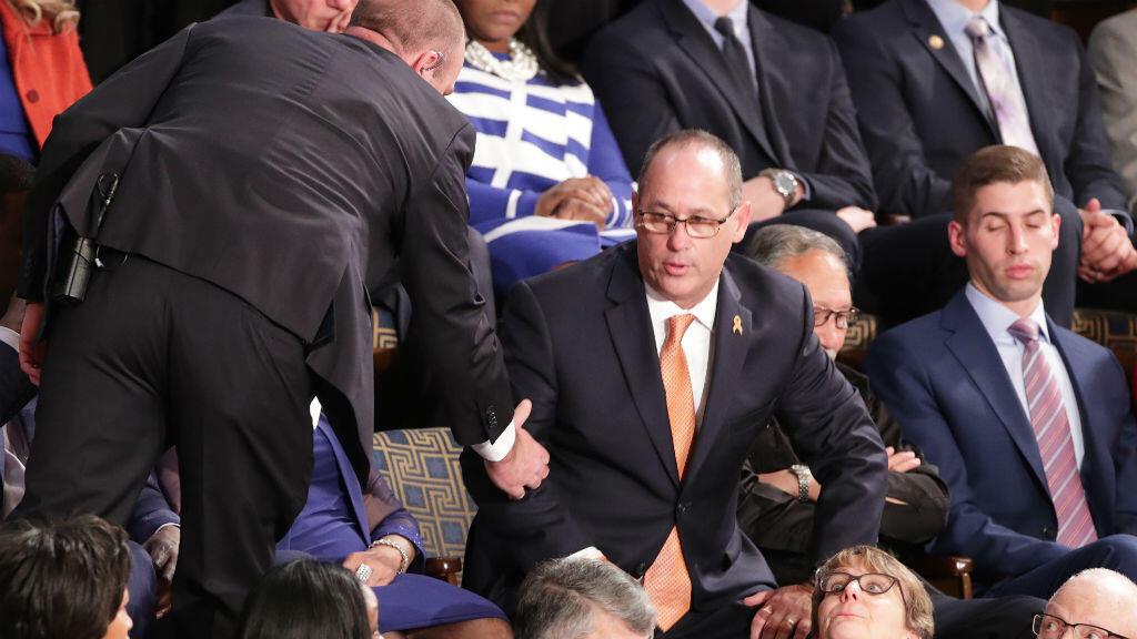 Fred Guttenberg es expulsado durante el discurso del Estado de la Unión del presidente de Donald Trump, el 4 de febrero de 2020.