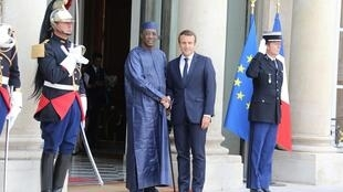 Le président tchadien accueilli à l'Élysée par Emmanuel Macron, le 28 août, à l'Élysée, à Paris.