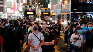 Des manifestants masqués à Hong Kong, le 4 octobre, malgré l'adoption des lois d'urgence.