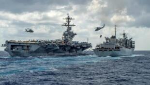 صورة للبحرية الأمريكية في 8 مايو/أيار 2019 تظهر حاملة طائرات أثناء تزودها بالمؤن من سفينة الدعم القتالي السريع.