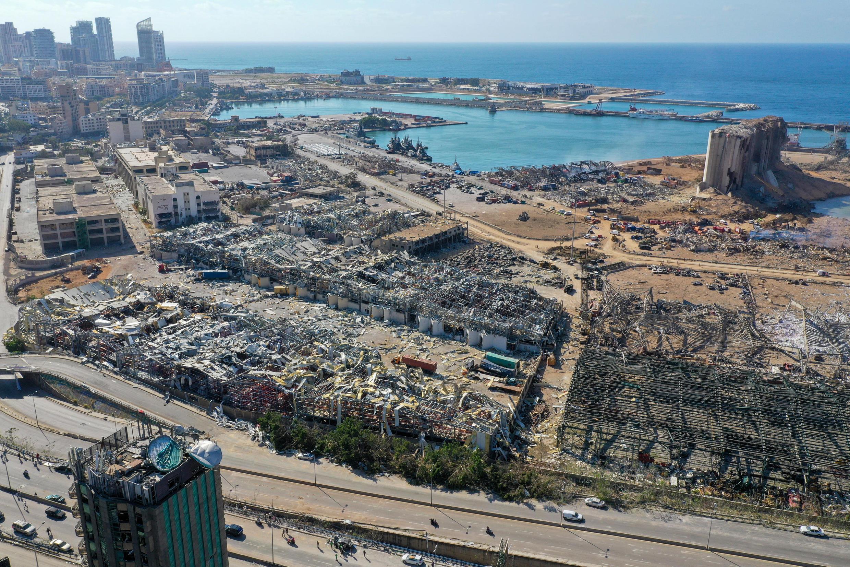 Una vista aérea muestra el daño masivo hecho a los silos de granos en el puerto de Beirut después de la mega explosión del 4 de agosto.