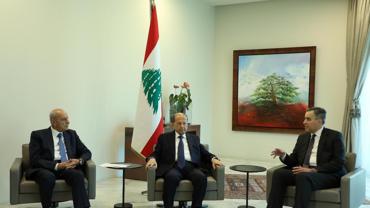 A la derecha, el designado primer ministro del Líbano, Mustapha Adib, conversa con el presidente Michel Aoun, centro, y el presidente del parlamento libanés, izquierda, Nabih Berri, en el palacio presidencial en Baabda, Líbano, el 31 de agosto de 2020.