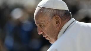 Le pape François à son arrivée à l'audience générale hebdomadaire du 8 mai 2019 sur la place Saint-Pierre, au Vatican.