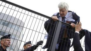 Le directeur d'Air France à Orly, Pierre Plissonnier, quittant les lieux pour échapper aux violences.
