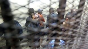 نشطاء كانوا يعملون مع منظمات أهلية في قفص المحكمة في القاهرة 26 شباط/فبراير 2012