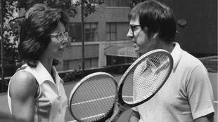 Billie Jean King face à son adversaire Bobby Riggs en 1973.
