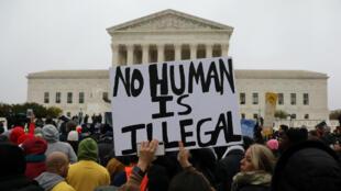 Manifestaciones a las afueras de la Corte Suprema donde se escuchan los argumentos a favor y en contra del programa DACA, en Washington D. C., Estados Unidos, el 12 de noviembre de 2019.