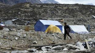 Des Népalais vivant encore sous des tentes, dans la vallée de Langtang, au Népal, le 7 avril 2016.