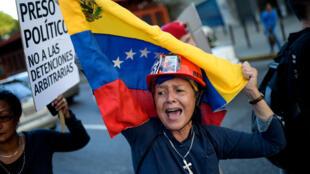 Activistas de oposición llevan a cabo una demostración pacíficia para recordar a los protestantes encarcelados y las vítimas de las anteriores protestas en Caracas el pasado 30 de agosto de 2017.