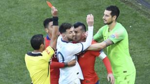 Lionel Messi et Gary Medel, capitaine du Chili, reçoivent un carton rouge le 6 juillet 2019, à São Paulo.