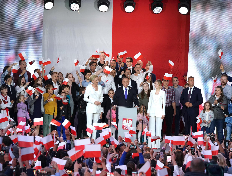 الرئيس البولندي أندريه دودا يتوجه إلى مؤيديه في بولتوسك بعدما أظهرت الاستطلاعات فوزه بولاية ثانية. 12 تموز/يوليو 2020.