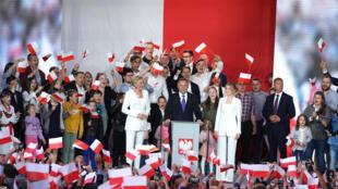 الرئيس البولندي أندريه دودا يتوجه إلى مؤيديه في بولتوسك في 12 تموز/يوليو 2020 بعدما أظهرت استطلاعات الرأي عند الخروج من مراكز الاقتراع فوزه بولاية رئاسية ثانية