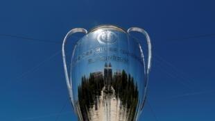 مجسم عملاق لكأس دوري أبطال أوروبا.