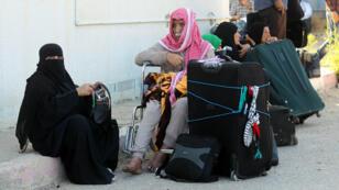 Des Palestiniens attendent de pouvoir passer en Égypte, samedi 13 juin 2015, après l'annonce de la réouverture du point de passage de Rafah.