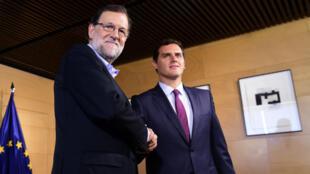 Mariano Rajoy (g), leader du PP (droite conservatrice), et Albert Rivera, chef de Ciuadadanos (centre libéral), avant leur réunion au Congrès, le 18 août 2016, à Madrid.