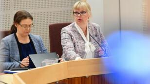 La procureure à l'origine de la réouverture de l'affaire, Eva-Marie Persson (à droite) au tribunal d'Uppsala durant l'examen de la demande de détention de Julian Assange, le 3 juin 2019.