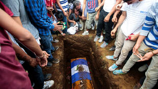 Los familiares y amigos toman parte en el servicio fúnebre de Junior Gaitan, quien recibió un disparo durante las recientes protestas contra el gobierno del presidente nicaragüense Daniel Ortega en Masaya, Nicaragua. 3 de junio de 2018.