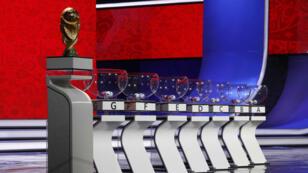 El trofeo del Mundial y los bombos se exhiben en una ceremonia previa al sorteo en Moscú. (29/11/2017)