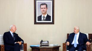 Le vice-Premier ministre et ministre des Affaires étrangères syrien Walid Muallem qui rencontre l'envoyé spécial des Nations Unies en Syrie, Staffan de Mistura à Damas, le 17 septembre 2015.