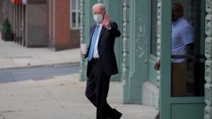 El candidato presidencial del Partido Demócrata,Joe Biden, saluda en Wilmington, Delaware, Estados Unidos, el 1 de octubre de 2020.
