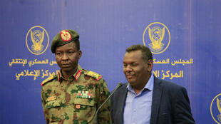 Le porte-parole du Conseil militaire de transition, le général Chamseddine Kabbachi et l'un des leaders de la contestation, Madani Abbas Madani, durant une conférence de presse, le 20 mai 2019.