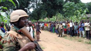 Image d'archive d'un soldat devant un camp de Batangafo, en Centrafrique, en août 2015.
