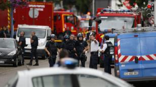 Des policiers et pompiers près de l'église attaquée à Saint-Étienne-du-Rouvray, le 26 juillet 2016.