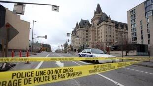 Périmètre bouclé autour du Parlement au centre-ville d'Ottawa