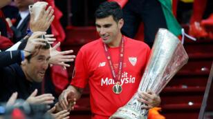 José Antonio Reyes sostiene el trofeo de la Europa League después de haber terminado campeón con el Sevilla en Varsovia, Polonia. 27 de mayo de 2015.