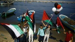 فلسطينيون ينتظرون وصول سفينة الناشطات على شاطئ غزة، الأربعاء 5 تشرين الأول/أكتوبر 2016