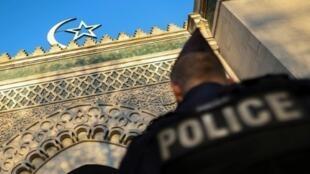 شرطي فرنسي يحرس المسجد الكبير في باريس بتاريخ 22 آذار/مارس 2019