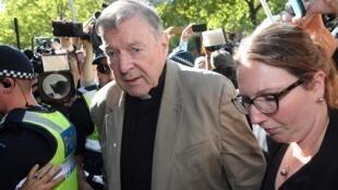 El cardenal George Pell se dirige a la corte en Melbourne el 27 de febrero de 2019. El religioso llegó a la corte, posiblemente por última vez como un hombre libre, en un último intento para solicitar la fianza después de su histórica condena por delitos sexuales contra menores.
