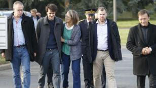 الصحافي الفرنسي لو بورو بين أفراد عائلته لدى وصوله إلى مطار رواسي-شارل ديغول في باريس، 17 أيلول/سبتمبر 2017