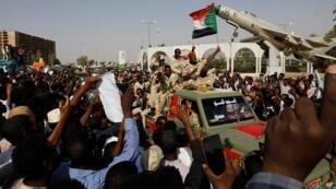سودانيون في مظاهرة أمام مقر القيادة العامة للقوات المسلحة - 24 أبريل/ نيسان 2019