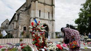 Des personnes déposent des fleurs devant l'église de Saint-Étienne-du-Rouvray, le 29 juillet 2016.