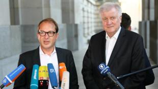 Le chef de file des députés CSU Alexander Dobrindt et le ministre de l'Intérieur Horst Seehofer devant le palais du Reichstag à Berlin, jeudi 5 juillet 2018.