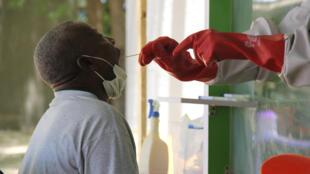 Un paciente sospechoso de sufrir COVID-19 se somete a una prueba en el centro de aislamiento del Hospital Universitario de Maiduguri, en Nigeria, el 10 de mayo de 2020