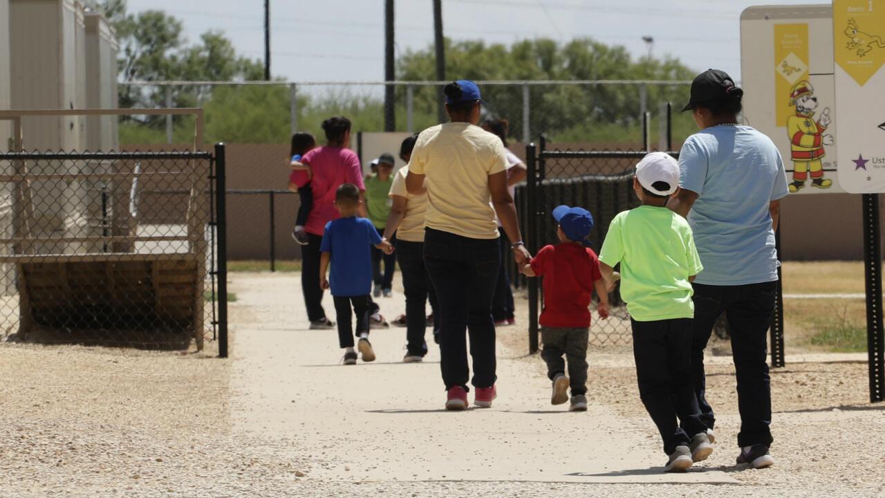Imagen de archivo. Migrantes que buscan asilo toman a sus hijos de la mano cuando salen de una cafetería en el Centro Residencial Familiar ICE South Texas en Dilley, Texas, EE. UU. el 23 de agosto de 2019.