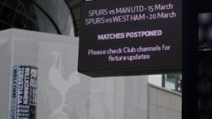 Foto de archivo tomada el 15 de marzo de 2020, muestra un letrero que anuncia el aplazamiento de los juegos de Tottenham contra Manchester United y West Ham, fuera del estadio Tottenham Hotspur, en Londres, en medio de la pandemia de coronavirus.