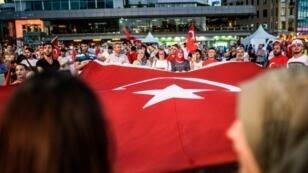 مناصرون لاردوغان خلال تظاهرة ضد محاولة الانقلاب في اسطنبول في 25 تموز/يوليو 2016