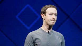 El fundador y CEO de Facebook, Mark Zuckerberg, habla en el escenario durante la conferencia anual de desarrolladores de Facebook F8 en San José, California, EE. UU., 18 de abril de 2017 (imagen de archivo).