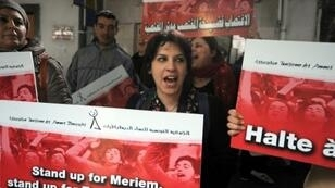 تونسيات يتظاهرن احتجاجا على العنف ضد النساء في 31 آذار/مارس 2016 أمام محكمة في العاصمة قبيل انعقاد جلسة لمحاكمة شرطيين بتهمة اغتصاب شابة.