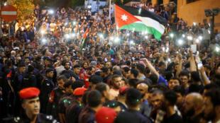 Los manifestantes gritan consignas cerca de la oficina del Primer Ministro de Jordania durante una protesta en Amán, Jordania, el 5 de junio de 2018.
