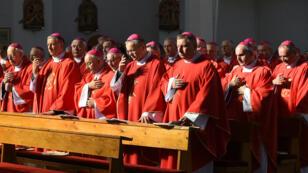 Les évêques polonais assistent à une messe spéciale lors de la visite de Mgr Scicluna, le 14 juin 2019 à Walbrzych en Pologne.