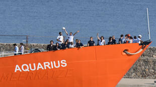 """مهاجرون على متن سفينة """"أكواريوس"""" الإغاثية"""
